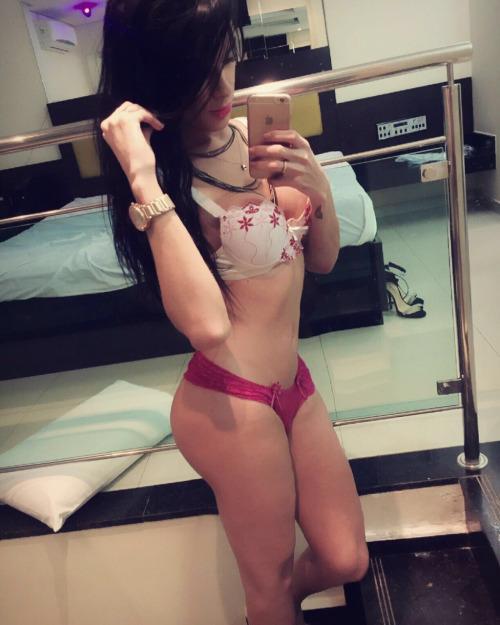 sexy-brunette-trap-03